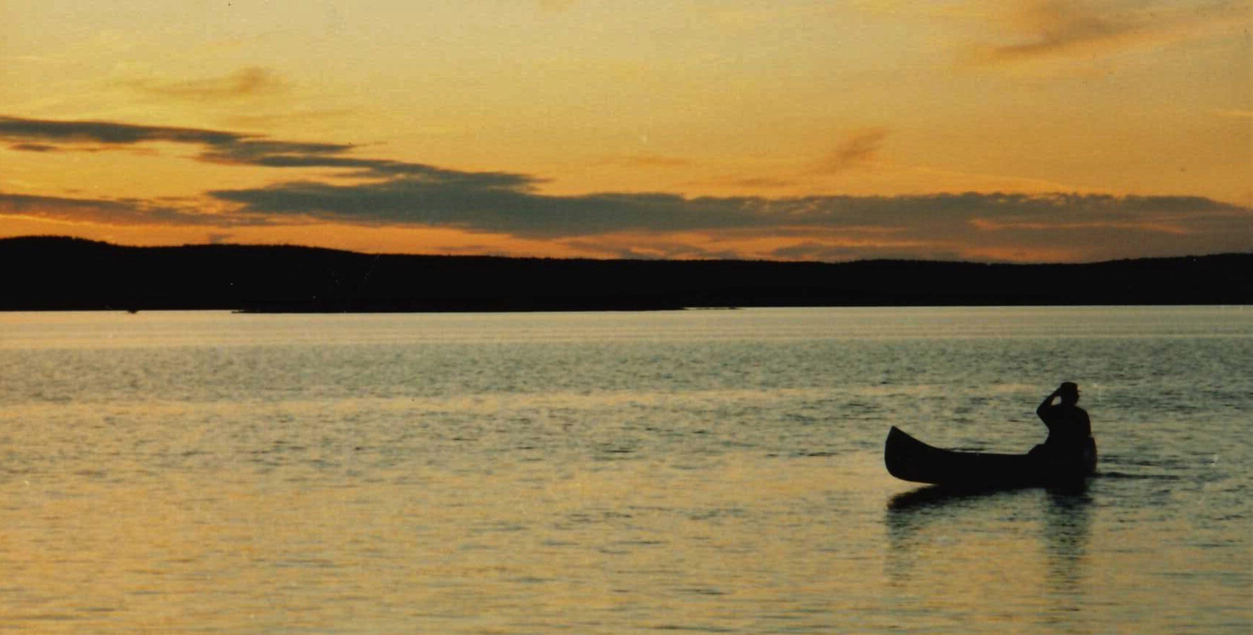 Kano op Glaskogen bij ondergaande zon